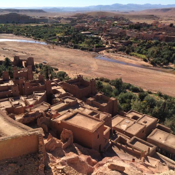 Ait-Benhaddou: Blick vom Wachturm über den Ksar und das Mellah-Flüsschen bis zu den Bergen. Foto © Welz