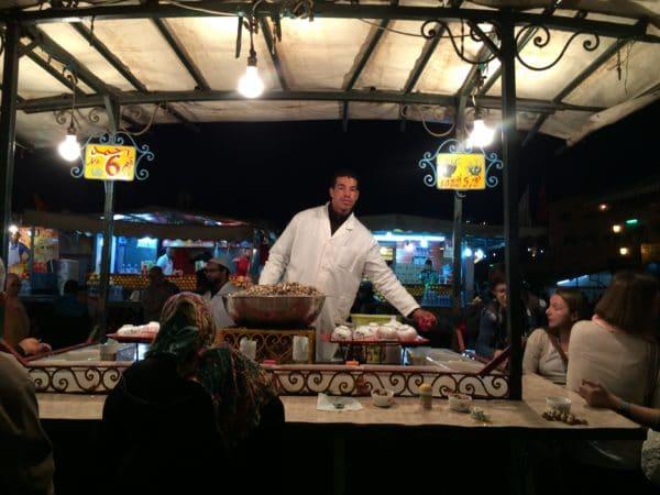 Marrakesch: Beliebt ist die Schneckensuppe am Abend auf dem Platz Jemaa el Fna. Foto © Welz