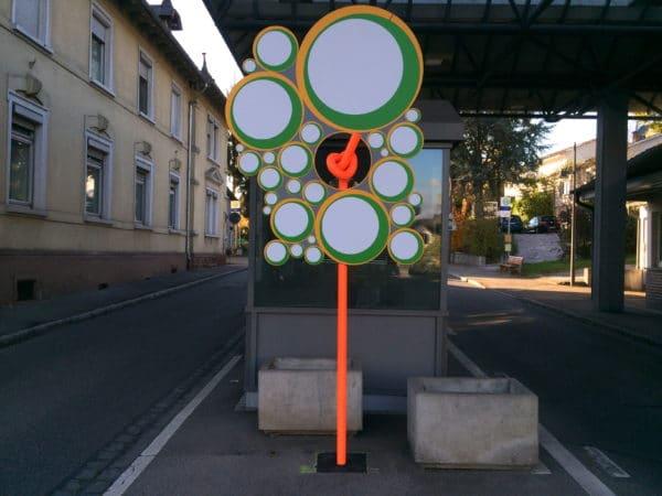 Der Rehbergerknoten und eine Blume an der Grenzstation Deutschland-Schweiz. Foto © Welz