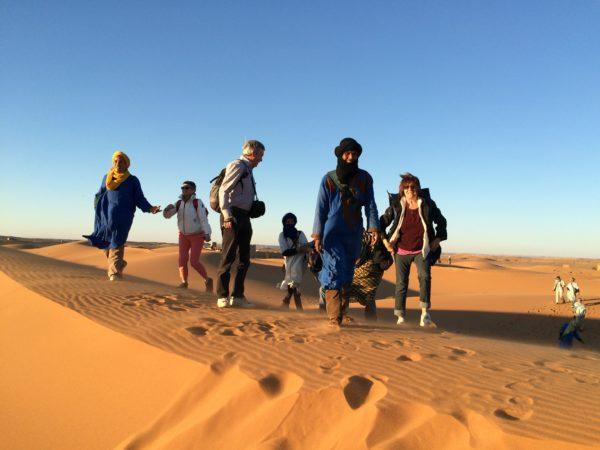 Marokko: Erg Chebbi - Mit Begleitern durch die Sanddünen - Foto © Welz