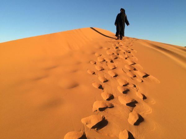 Marokko: Erg Chebbi - Spuren im Sand. Foto © Welz