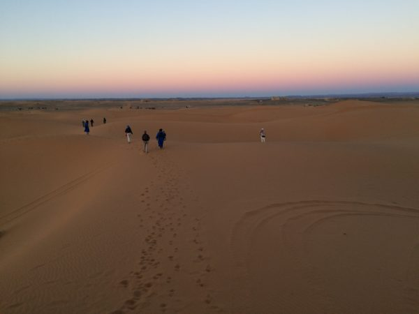 Marokko: Erg Chebbi. Nach Sonnenuntergang kehren wir zurück zu den Geländewagen. Foto © Welz