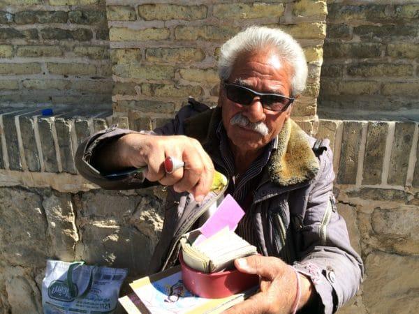 IRAN: Ein Wellensittich zieht für mich einen Vers von Hafis. Foto © Welz 2016
