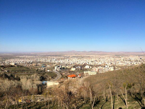 Hamadan: Vom Abbasabad-Hügel hat man einen schönen Blick über die Stadt. Foto © Welz (2016)