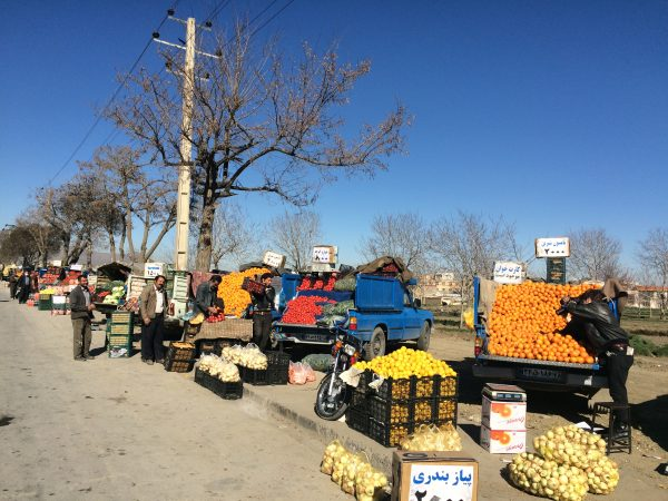 Iran: Wir kaufen Reiseproviant an der Straße nach Kermanshah. Foto © Welz (2016)