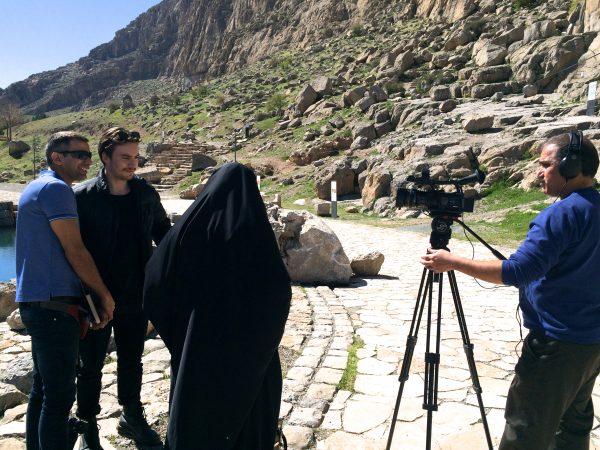Bisotun: Do you like Iran? Zufällig treffen wir ein Fernsehteam und werden interviewt. Foto © Welz