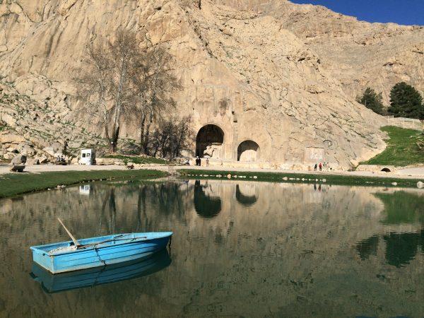 Am nördlichen Stadtrand von Kermanshah befinden sich die Grotten von Taq-e-Bostan. Foto © Welz (2016)