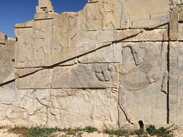 """Persepolis: Berühmtes Relief """"Der Löwe reißt einen Stier"""" Foto © Welz (2016)"""