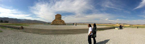 Pasargadae: An der Straße Richtung Isfahan liegt das Kyros-Grab. Ein magischer Ort. Foto © Welz (2016)