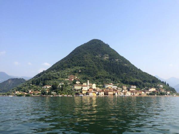 THE FLOATING PIERS: langsame Annäherung mit dem Schiff an Peschiera/ Monte Isola. Foto © Welz