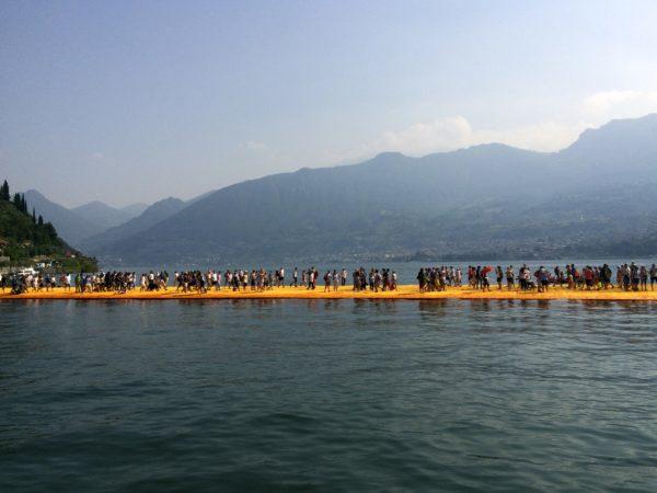 THE FLOATING PIERS: über das Wasser gehen! Foto © Welz