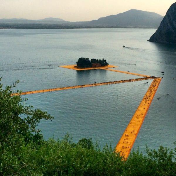 THE FLOATING PIERS: Blick von Senzano auf den Iseosee - Foto © Welz