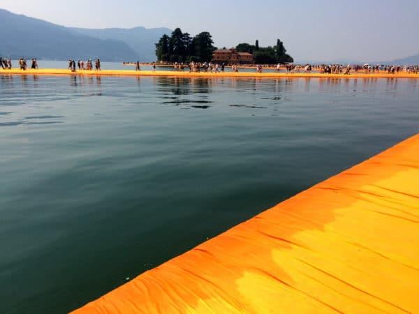 THE FLOATING PIERS: dahliengelbe Stege auf dem Iseosee - Foto © Welz
