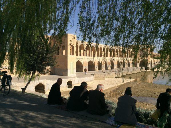 Isfahan: Auch die vielbewunderte Khaju-Brücke ist ein beliebter Treffpunkt. Foto © Welz (2016)
