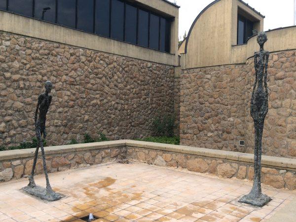 Skulpturen von Giacometti im TMOCA Skulpturenhof. Foto © Welz 10/2016