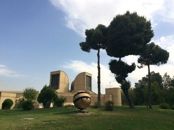Iran: Tehran Museum of Contemporary Art mit Skulptur von Arnaldo Pomodoro im Garten. Foto © Welz 10/2016