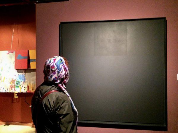 TMOCA Besucherin vor Ad Reinhardt, Abstract Painting, 1962