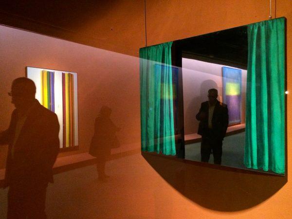 TMOCA Spiegelungen im Werk von Michelangelo Pistoletto, Green Curtain, 1967 - links Morris Louis, No.34, 1961 Foto © Welz